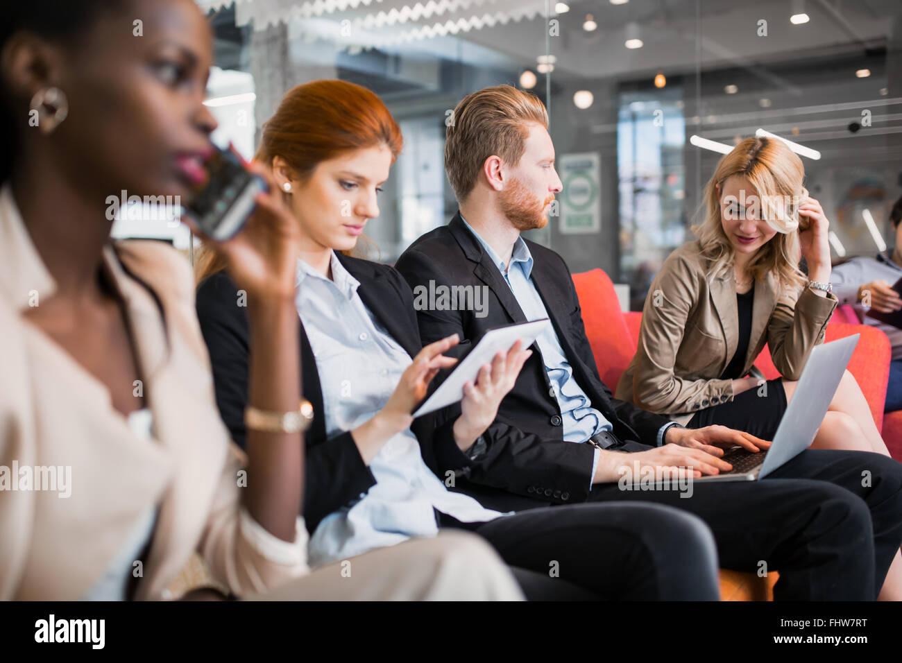 Les gens d'affaires conversation avec technologie à la main. L'échange de nouvelles idées Photo Stock