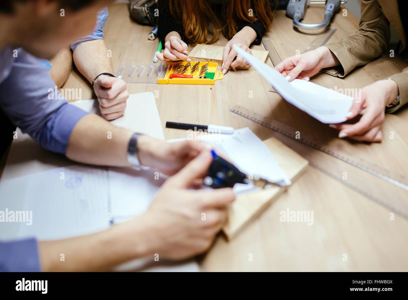 Groupe de travail designer sur projet en atelier Photo Stock
