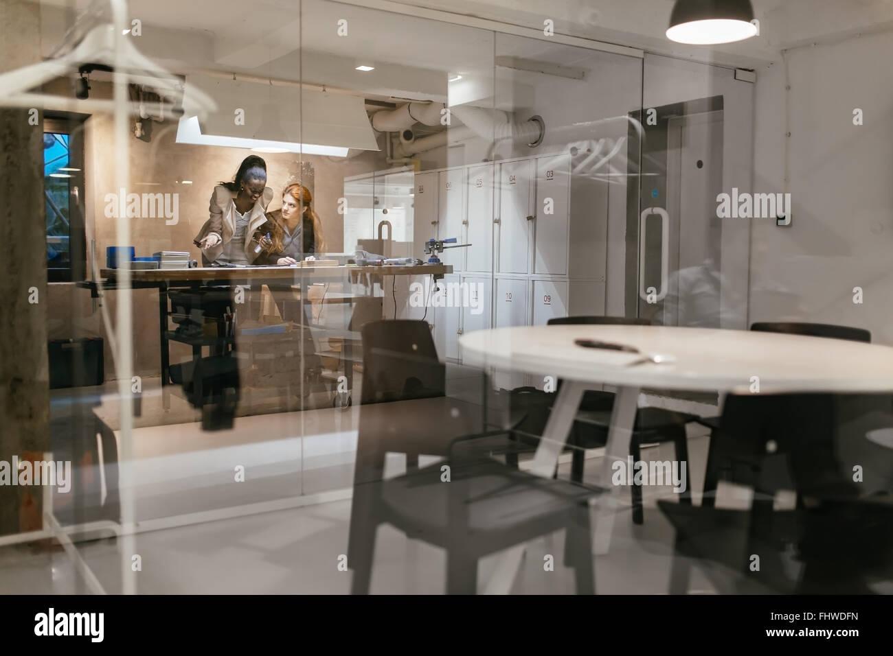 Les concepteurs travaillant dans un beau bureau moderne et l'atelier Photo Stock