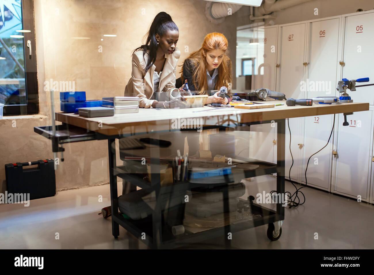 Les concepteurs travaillant dans un bureau moderne avec poignée d'outils Photo Stock