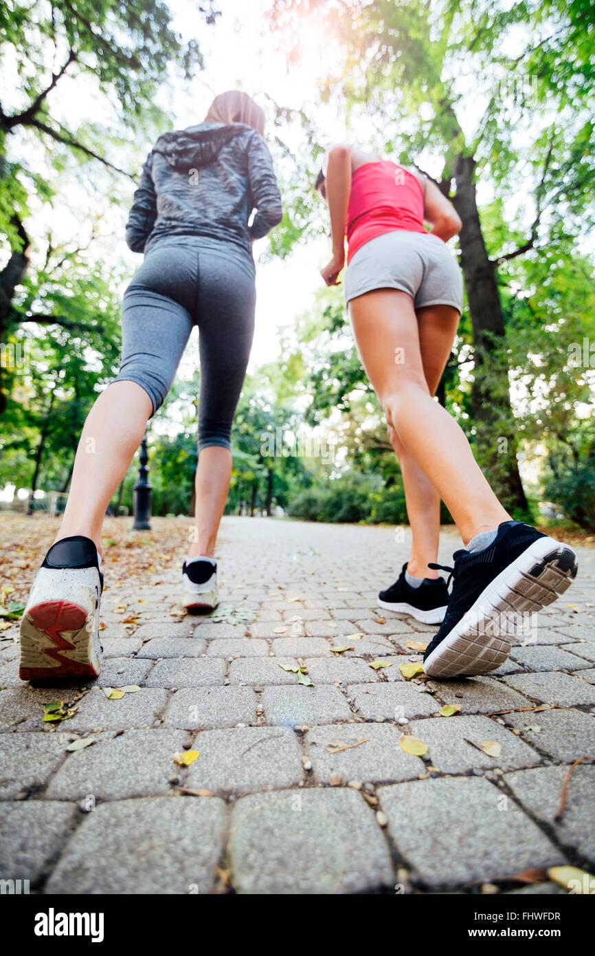 Les femmes jogging en park et vivre une vie sportive saine Photo Stock