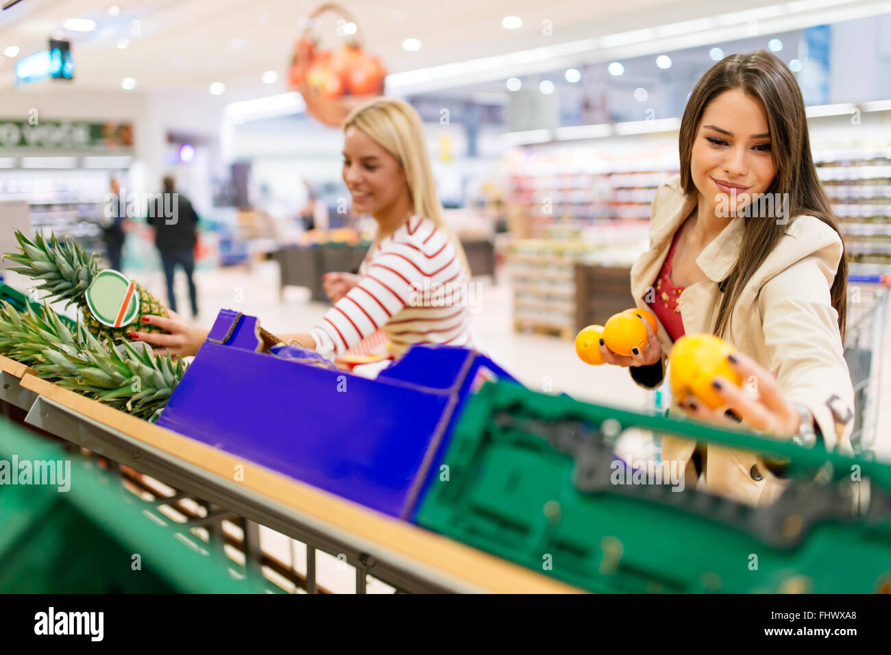 Belles femmes shopping fruits et légumes en supermarché Photo Stock