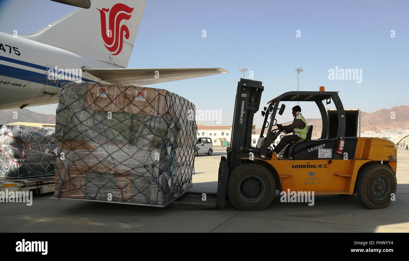 (160226) -- KABOUL, 26 février (Xinhua) -- un travailleur humanitaire afghane porte les secours donnés par le gouvernement chinois pour l'Afghanistan à partir d'un avion à l'Aéroport International de Hamid Karzia à Kaboul, capitale de l'Afghanistan, le 26 février 2016. Les fournitures d'une valeur de 5 millions de yuans (0,8 millions de dollars américains) sont arrivés dans la capitale afghane en début d'après-midi le vendredi. (Xinhua/Rahmat Alizadah) Banque D'Images