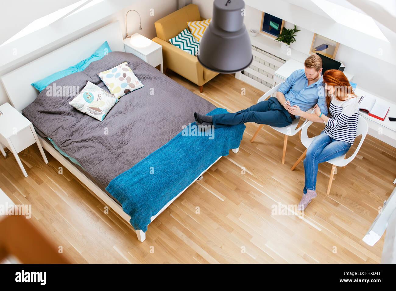 Beau couple de détente à leur belle maison vue d'en haut Photo Stock