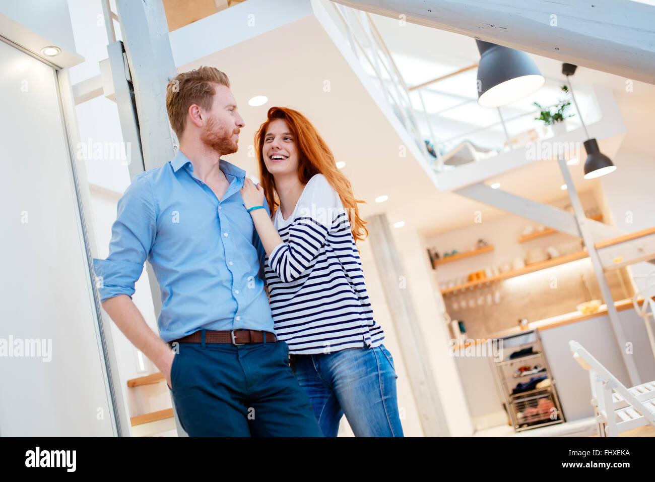 Beau couple dans l'élégant quartier de profiter de chaque instant d'accueil Photo Stock