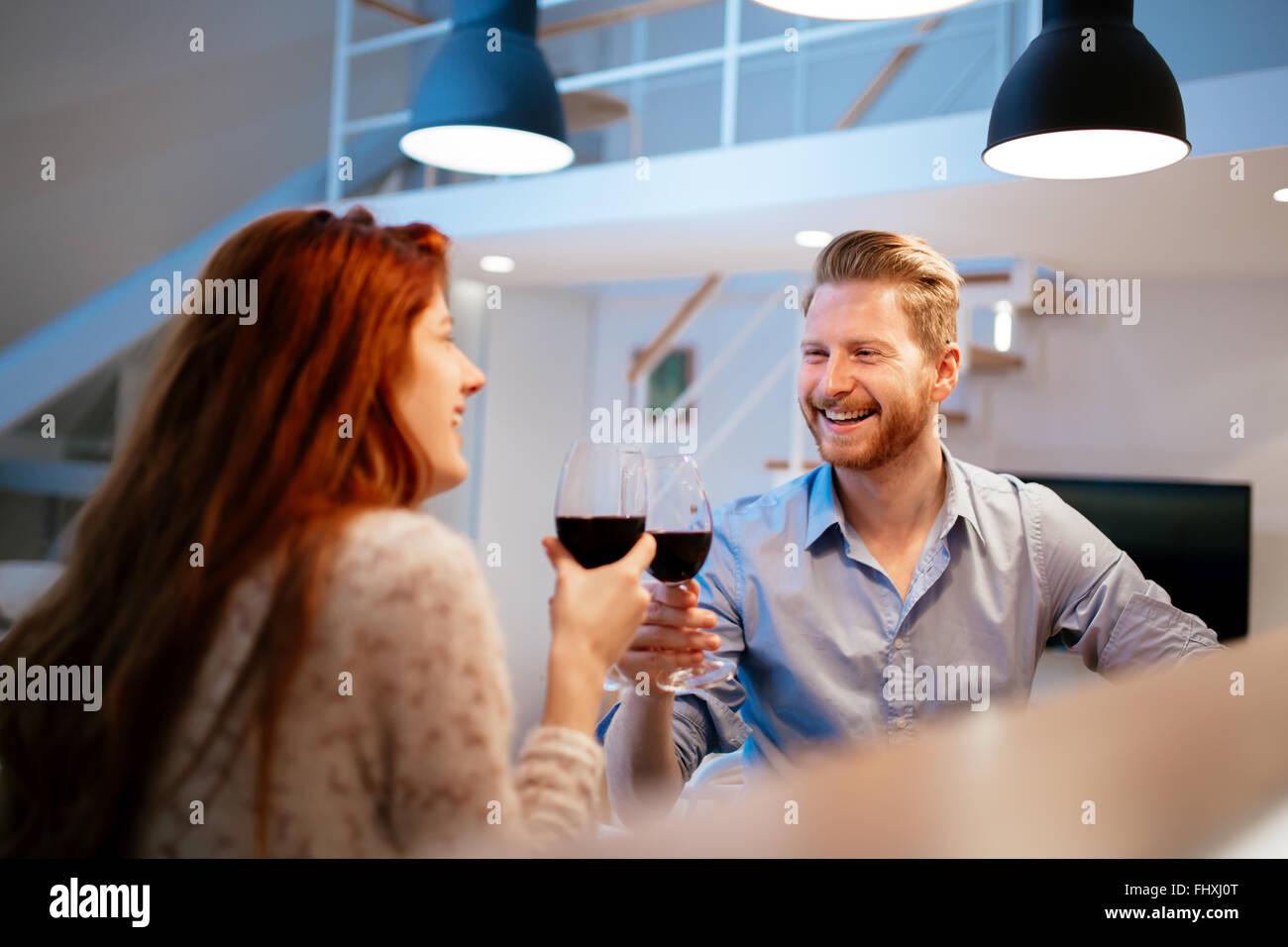 Beau couple toasting with wine pour célébrer anniversaire Photo Stock