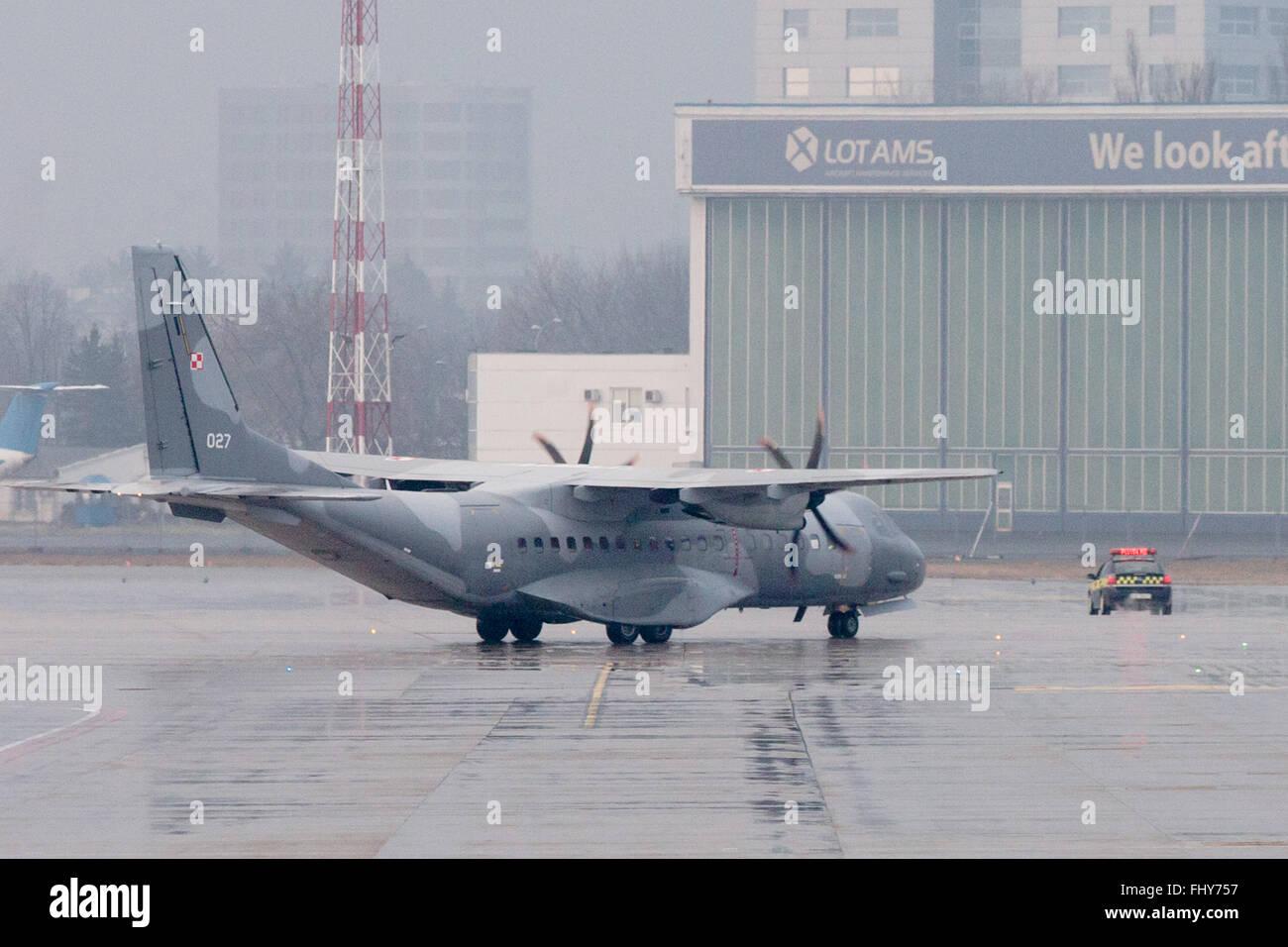 Varsovie, Pologne. Feb 26, 2016. Une armée de l'Air polonaise CASA C-295 à l'extradé Kajetan Photo Stock