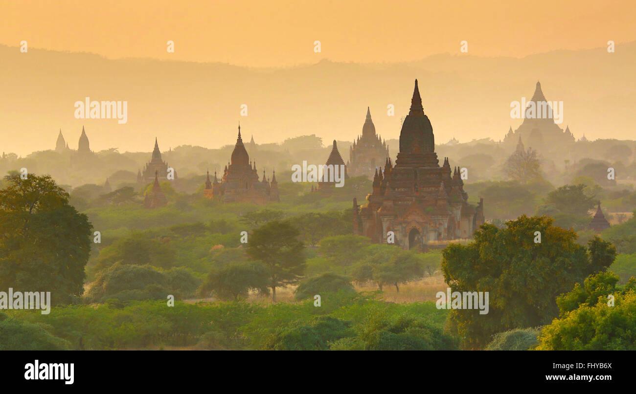 Temples et pagodes au coucher du soleil sur la plaine centrale de Bagan, Myanmar (Birmanie) Photo Stock