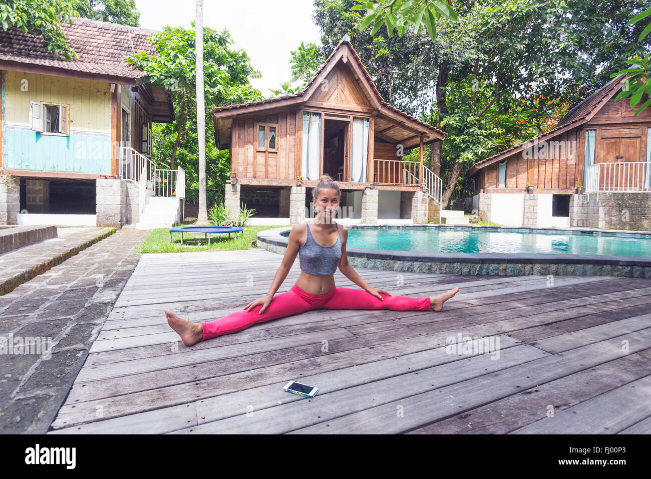 L'INDONÉSIE, Bali, woman practicing yoga au bord de l'eau Photo Stock