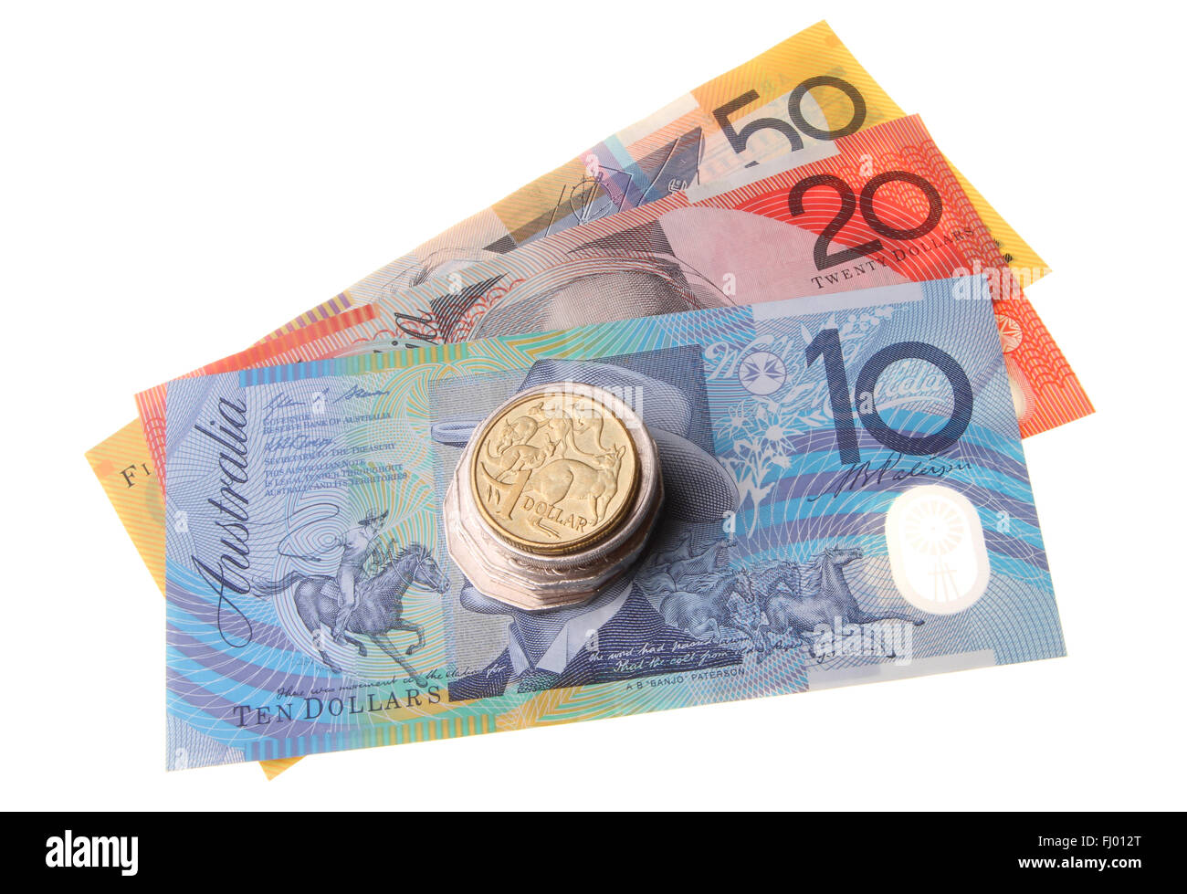 Une pile de pièces de monnaie australienne surmontée d'une pièce de un dollar assis sur le dessus de trois billets Banque D'Images