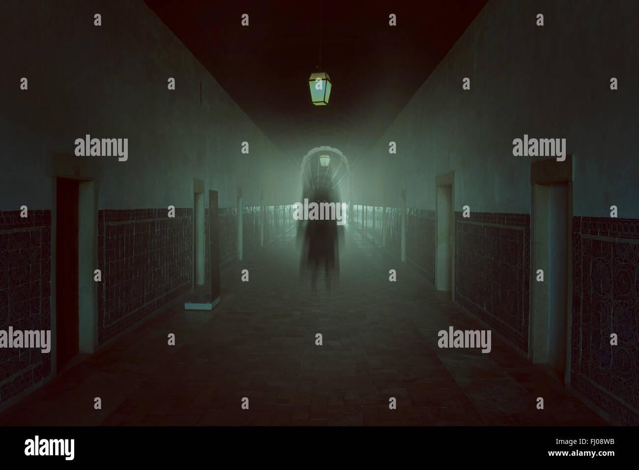 Dans l'ombre sombre bâtiment hanté . Halloween et horreur des sonneries Photo Stock