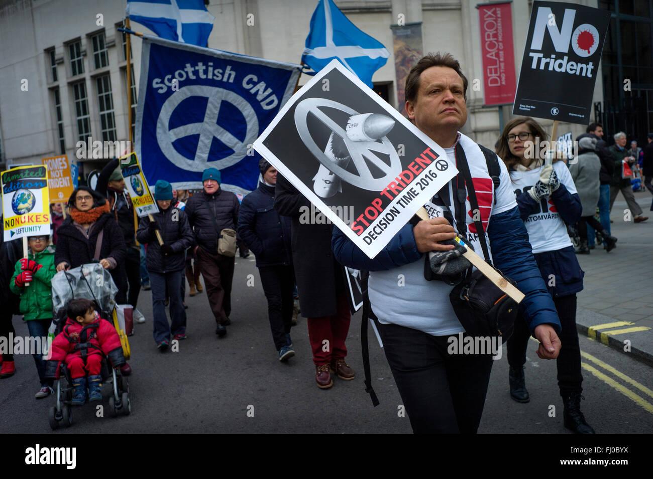 Londres, Royaume-Uni. Feb 27, 2016. Trident d'arrêt de mars à Marble Arch, vu ici, Trafalgar Square, au centre de Londres aujourd'hui. 27 février 2016 Des milliers de jeunes et vieux protester contre la poursuite de missiles nucléaires Trident le système actuellement utilisé par le gouvernement britannique. Crédit: BRIAN HARRIS/Alamy Live News Banque D'Images