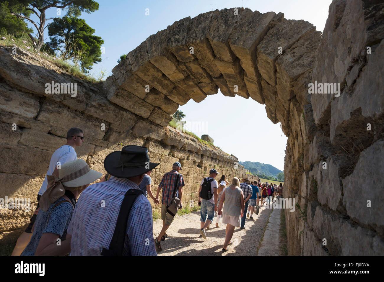 Olympie, Péloponnèse, Grèce. Ancienne Olympie. Entrée mène au stade où des manifestations Photo Stock