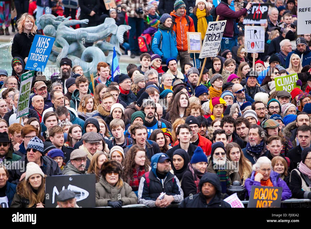 Londres, Royaume-Uni. Feb 27, 2016. Des milliers de personnes, rejoint par des responsables politiques, y compris Jeremy Corbyn et Nicola Sturgeon, et les dirigeants des syndicats de masse assister à une manifestation nationale contre le renouvellement d'armes nucléaires Trident dans la région de Marble Arch et de rassemblement à Trafalgar Square. La manifestation organisée par la campagne pour le désarmement nucléaire et appuyé par Coalition contre la guerre. Credit: Dinendra Haria/Alamy Live News Banque D'Images