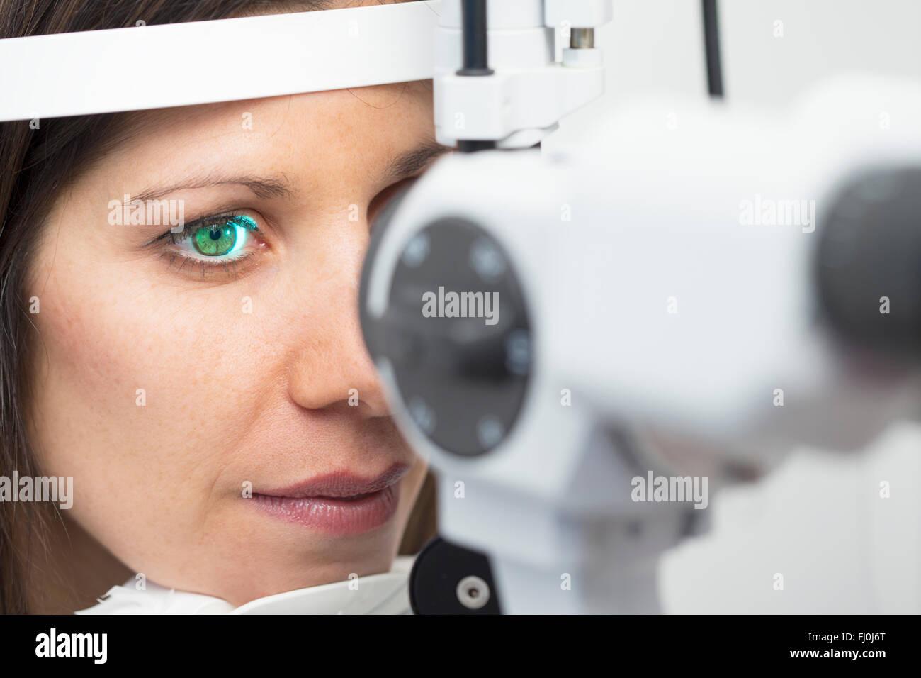 Femme à l'optométriste faire un examen de la vue Photo Stock