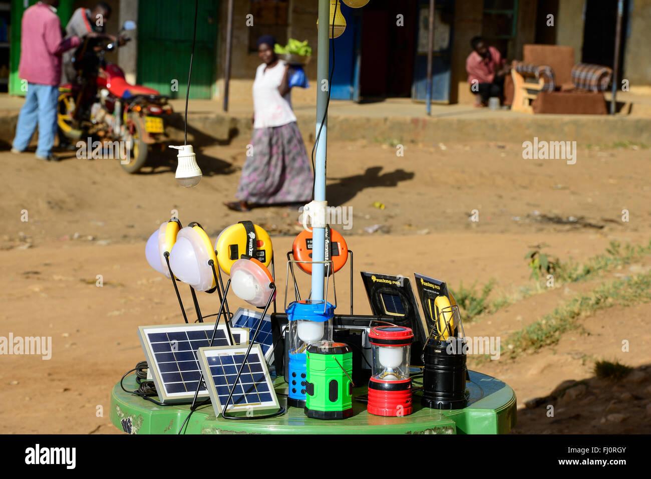 KENYA, Bungoma, solar shop dans Tongare / village KENIA, comté de Bungoma, Dorf Tongare, Markt mit Roi Soleil Stand Banque D'Images