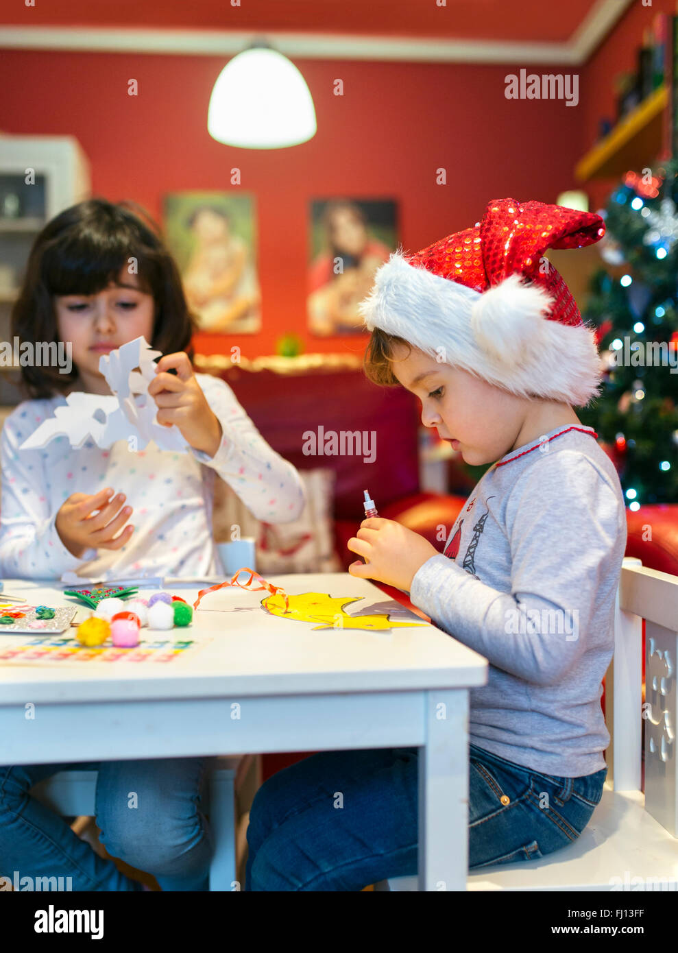 Deux petites filles Bricolage Décoration de Noël Photo Stock
