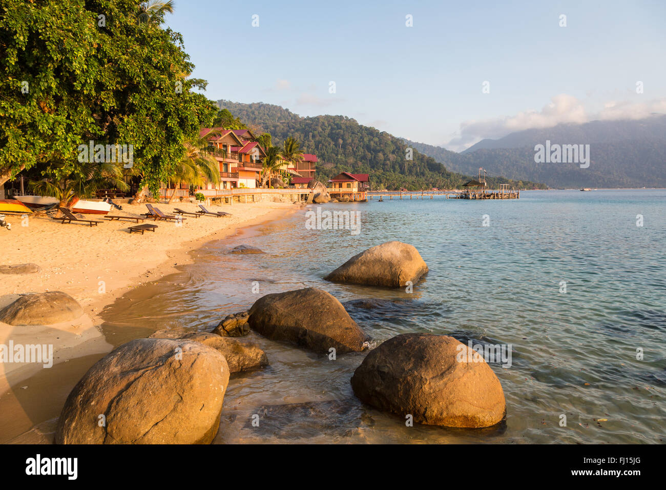 Chaises longues sur une plage de Pulau Tioman, Malaisie Photo Stock