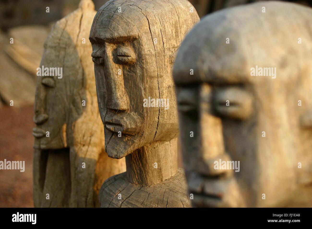 Statue En Bois De Ancetres Dogon Au Pays Dogon Plateau