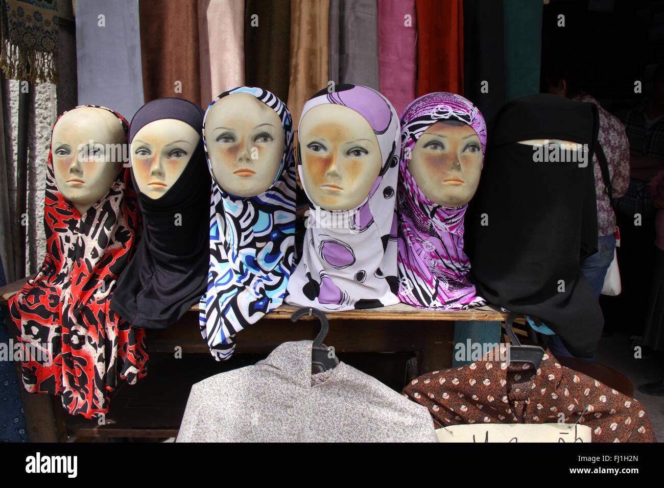 Le voile islamique le vendeur dans les rues d'Amman, Jordanie Photo Stock
