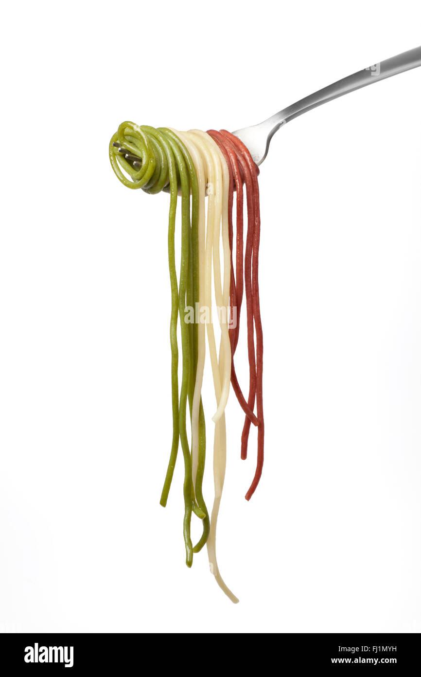 Le spaghetti cuit avec fourche tricolore sur fond blanc Photo Stock