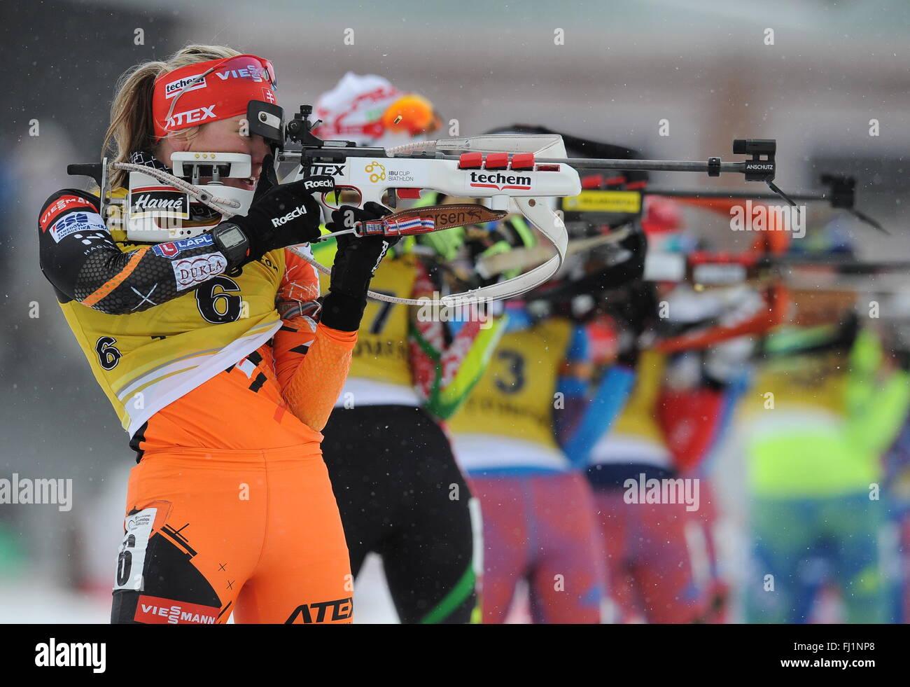 Tioumen, la Russie. 28 Février, 2016. Le biathlète slovaque Paulina Fialkova (L) en concurrence pour gagner Photo Stock