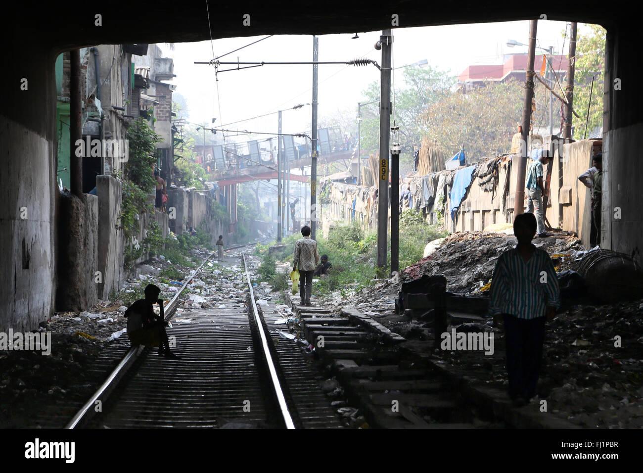 Rails de roulement - quartier pauvre à Howrah, Inde - paysage Photo Stock