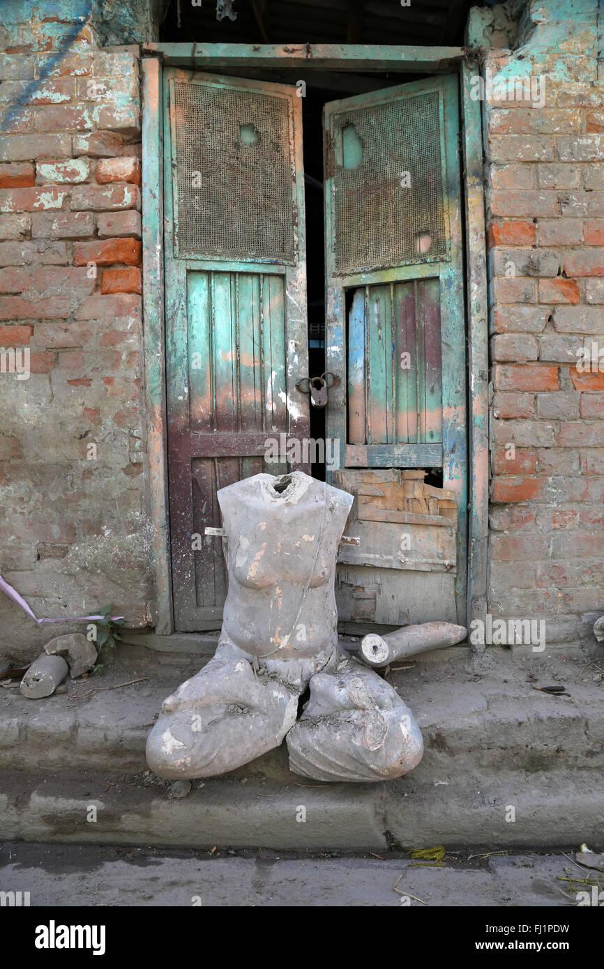 La boue et paille divinités hindoues statue sans tête dans le district de Kumartuli, Kolkata, pour puja Photo Stock