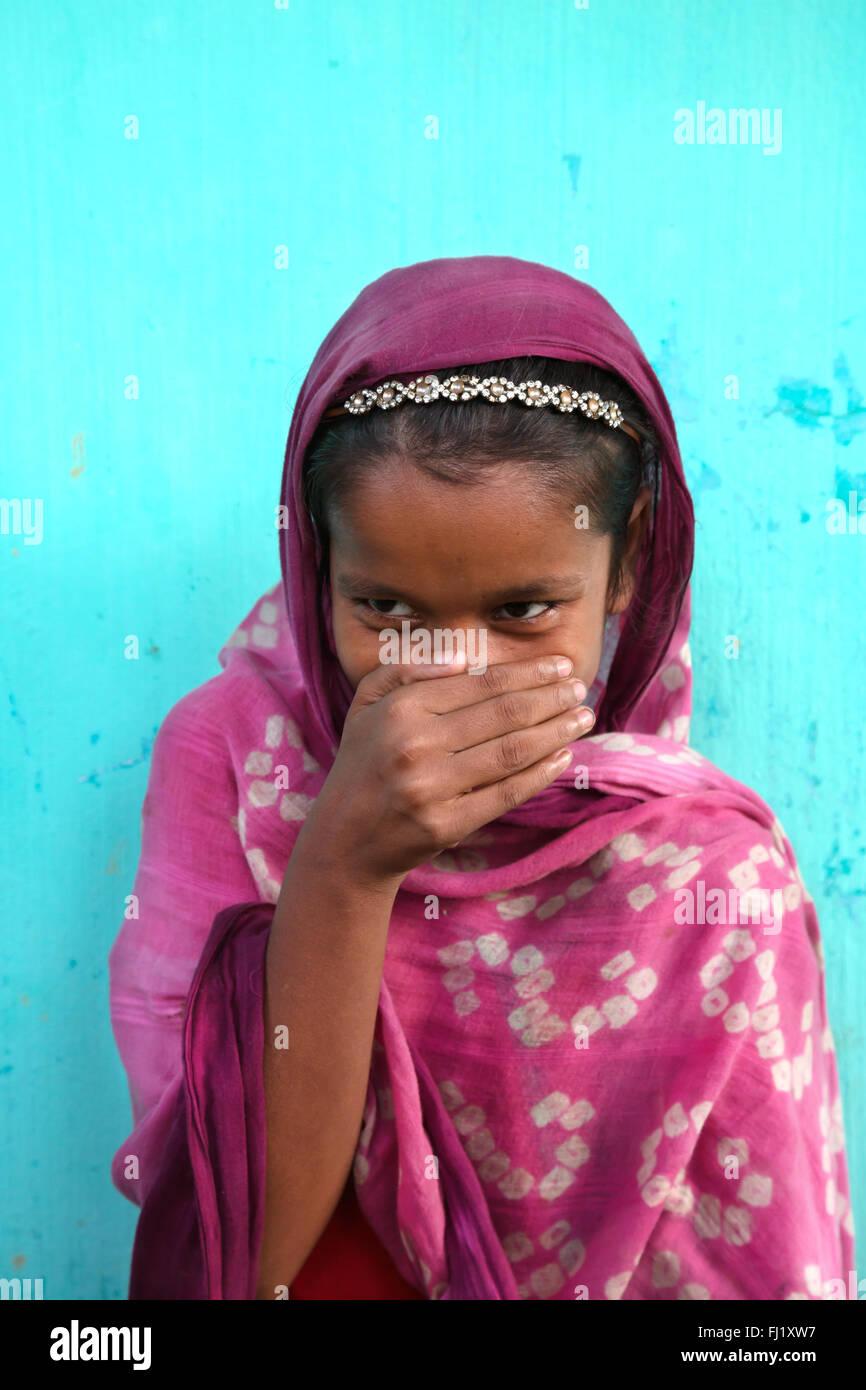 Sourire timide jeune fille musulmane traditionnelle robe en couleur avec Sreemangal , Bangladesh Photo Stock