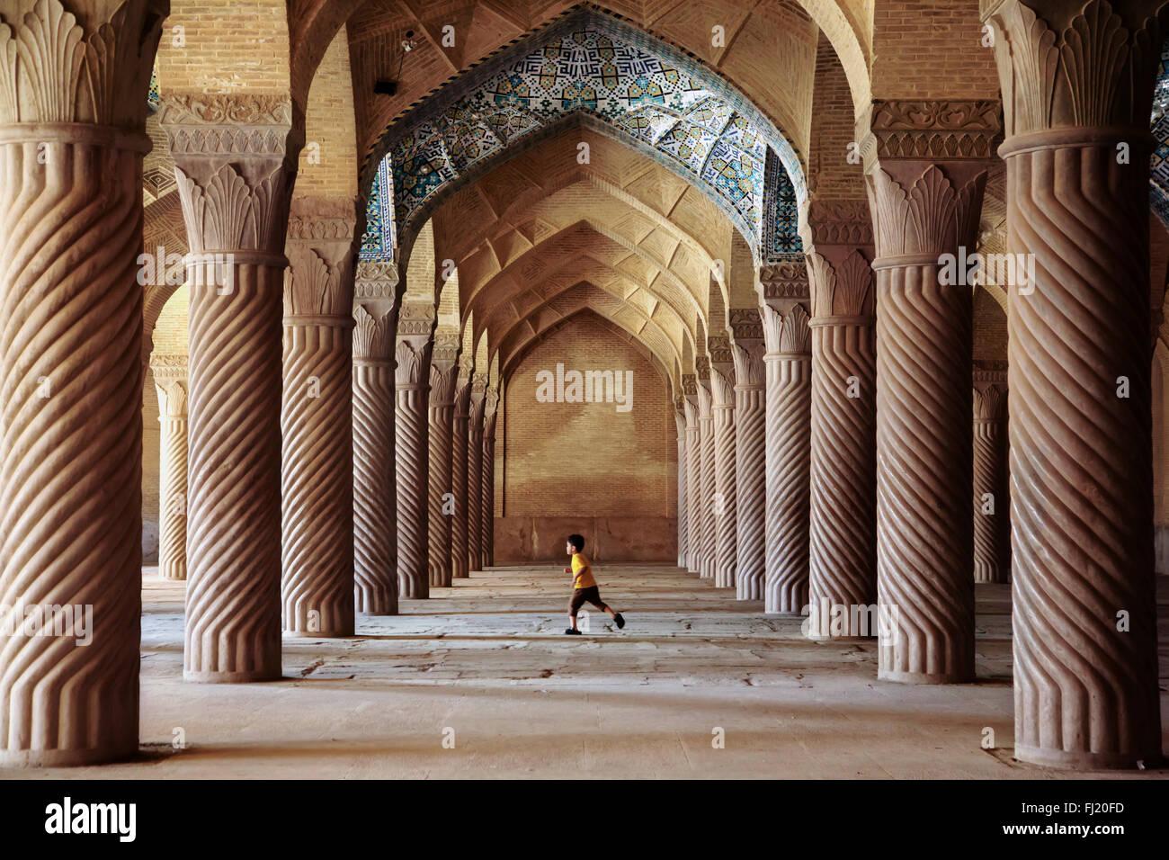 Enfant exécutant à l'intérieur de la mosquée Vakil, Shiraz, Chiraz , Iran Photo Stock