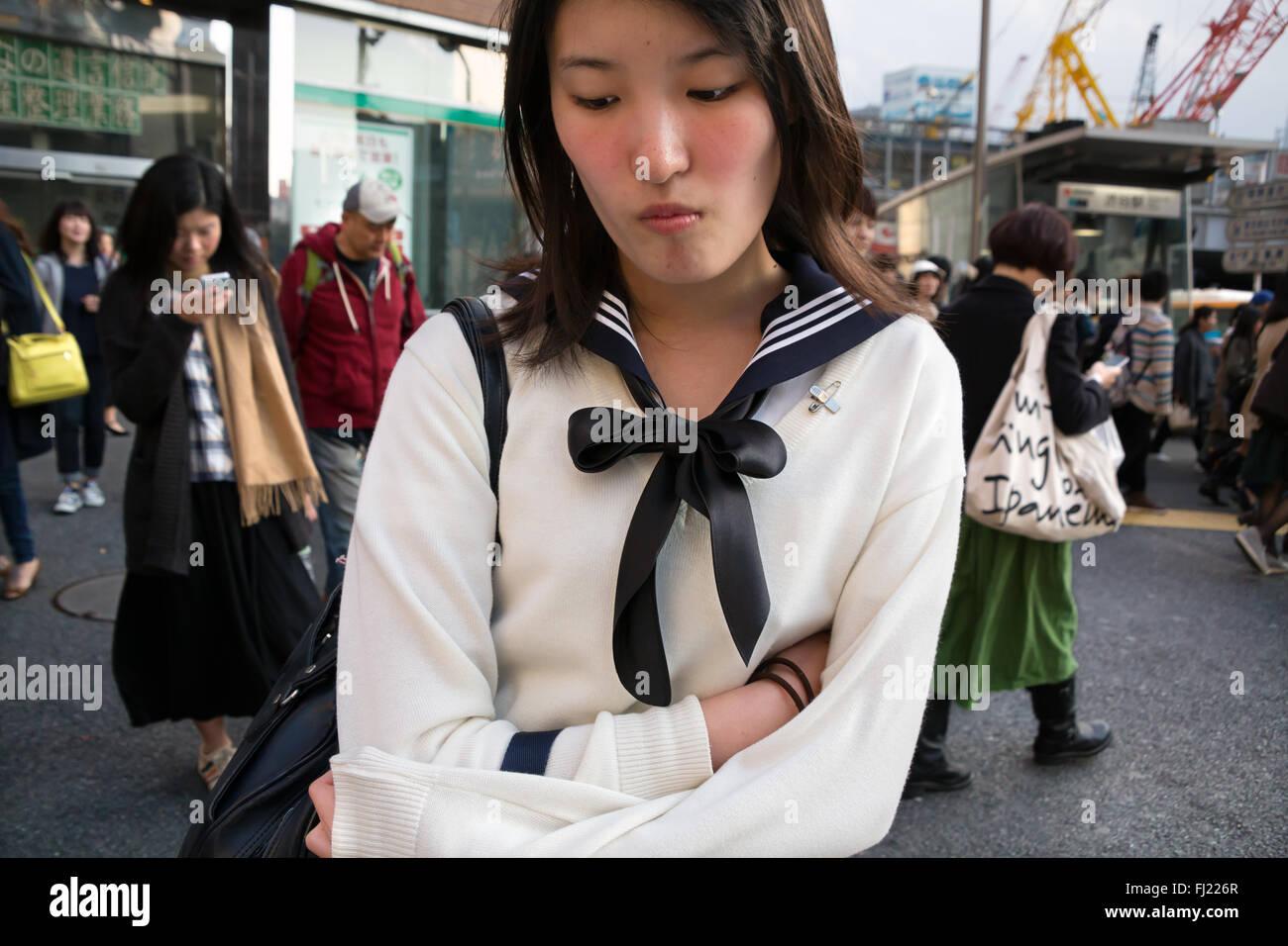 Timide jeune fille solitaire dans une rue de Tokyo, Japon Photo Stock