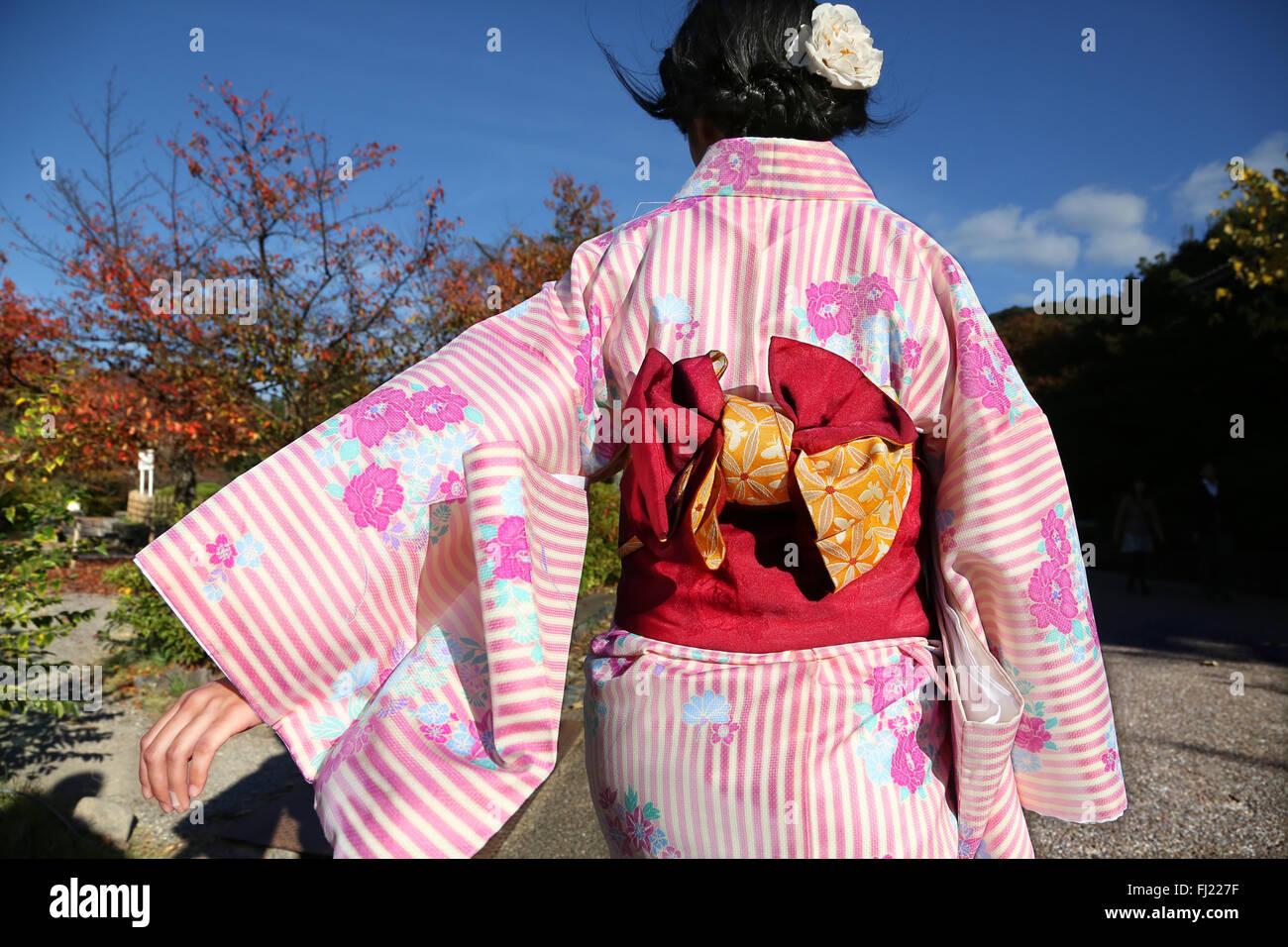 Une femme japonaise avec kimono traditionnel femme marche dans le parc Maruyama à Kyoto Photo Stock