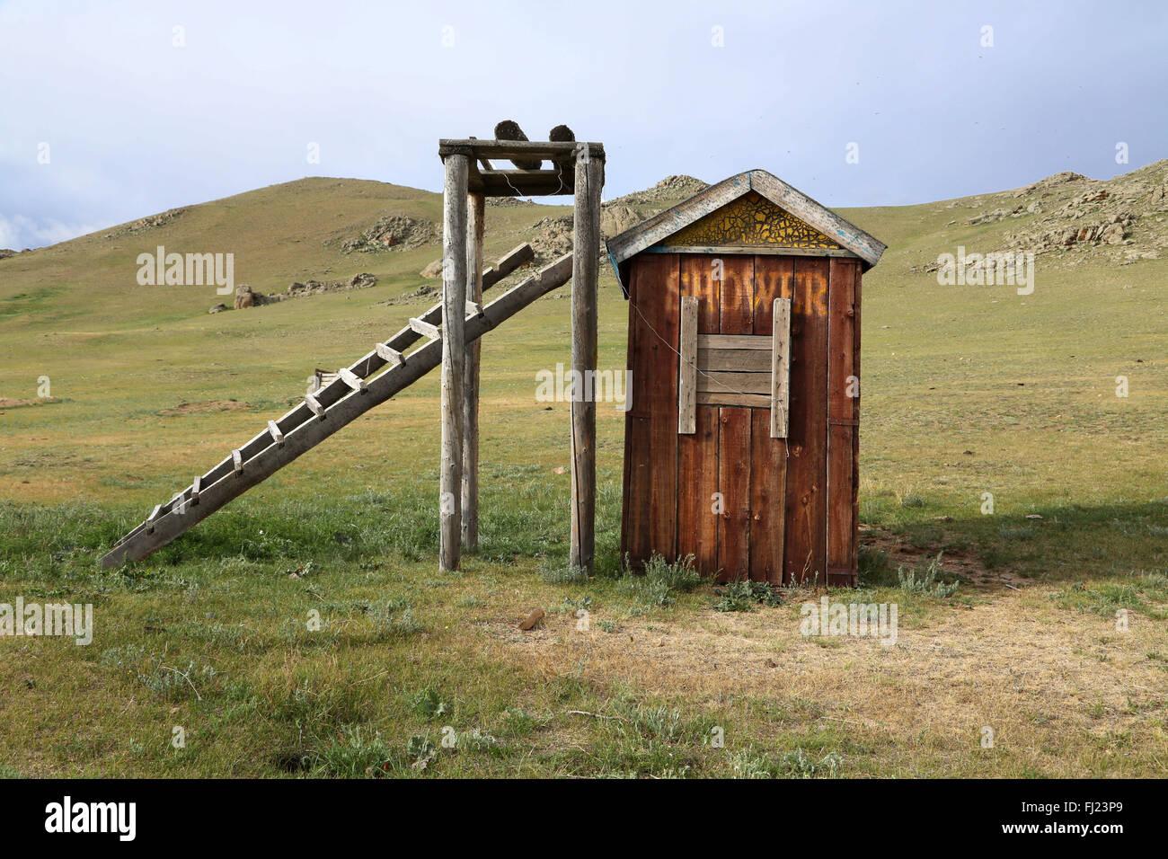 Douche nomades en Mongolie dans une petite maison en bois, au milieu de nulle part - si charmant! Photo Stock