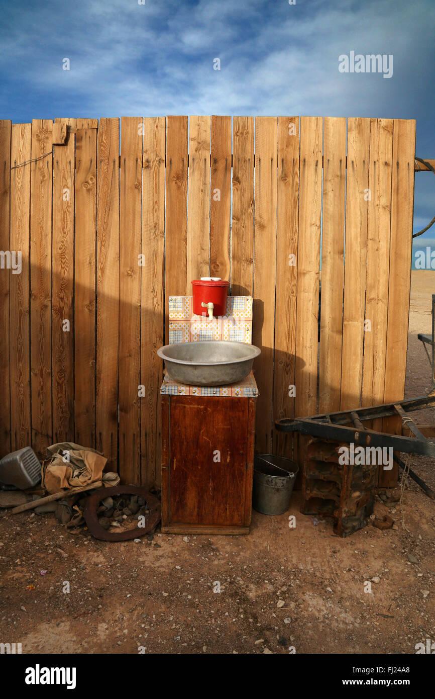 Lavabo en camp de nomades du désert de Gobi en Mongolie, Photo Stock