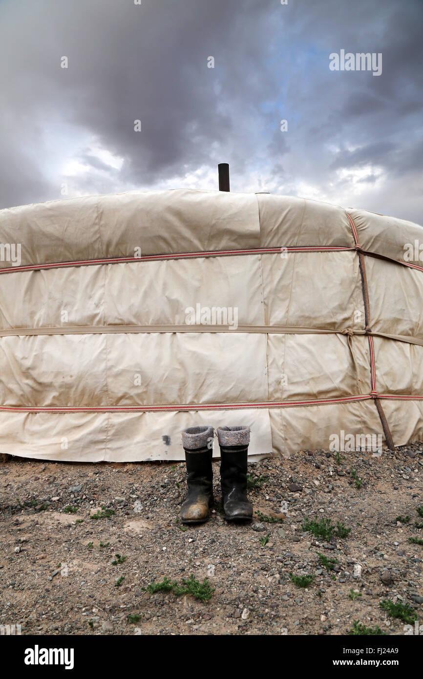 Boots en face d'une maison traditionnelle d'une yourte en Mongolie Photo Stock
