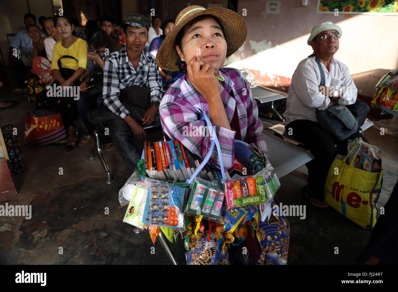 Les personnes en attente de l'autobus à la gare routière de Rangoon, Myanmar Banque D'Images