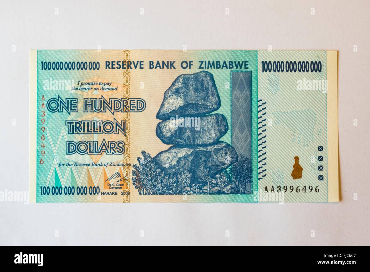 Billet de cent mille milliards de dollars émis au Zimbabwe en 2008, sur l'apogée de l'hyperinflation. Photo Stock