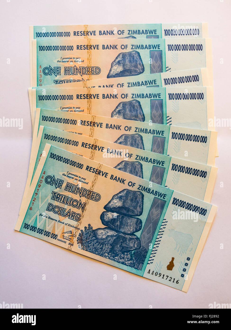 Bande d'une centaine de billions de dollars billets émis au Zimbabwe en 2008, sur l'apogée de Photo Stock