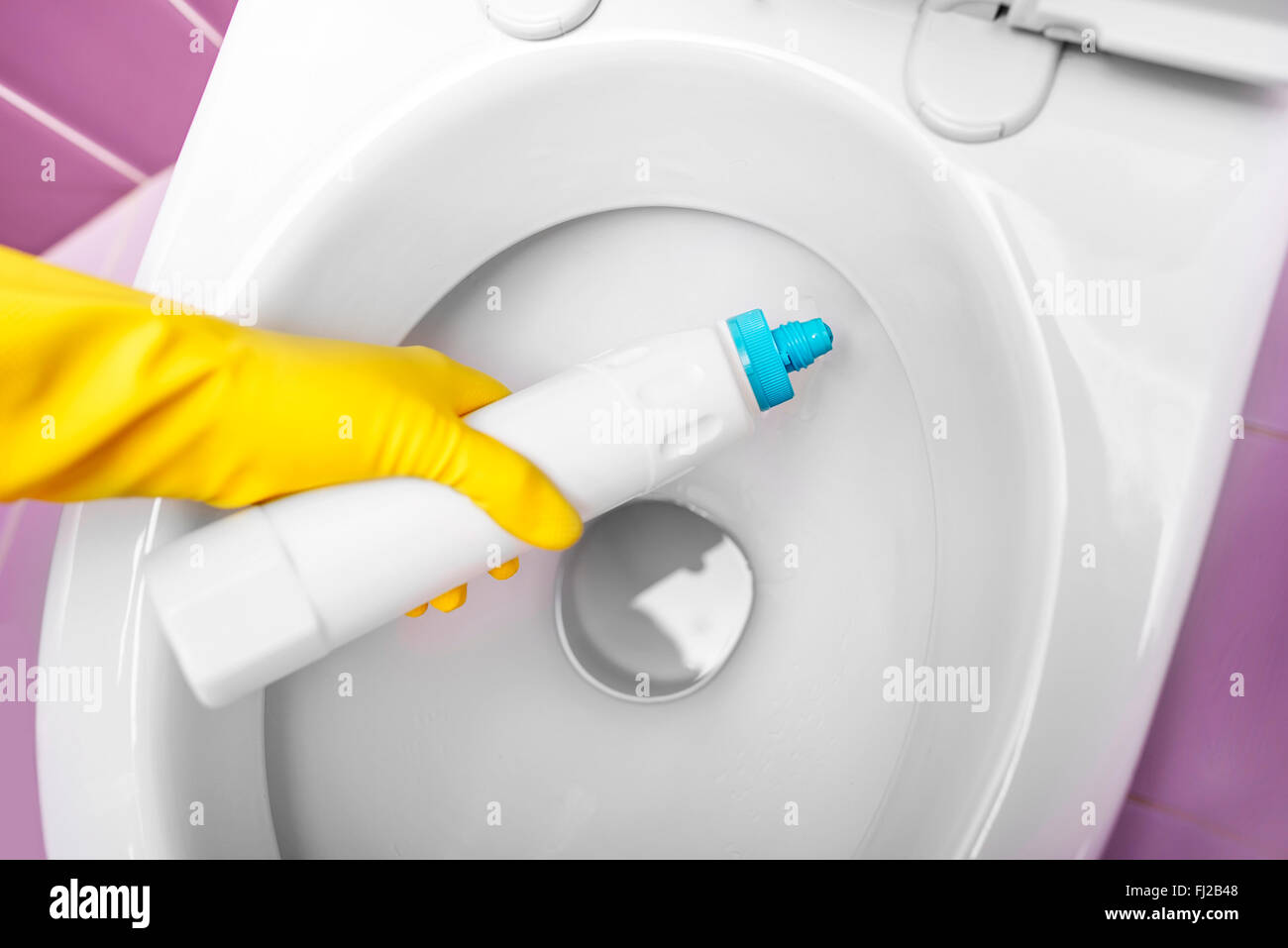 Désinfecter les toilettes. Banque D'Images
