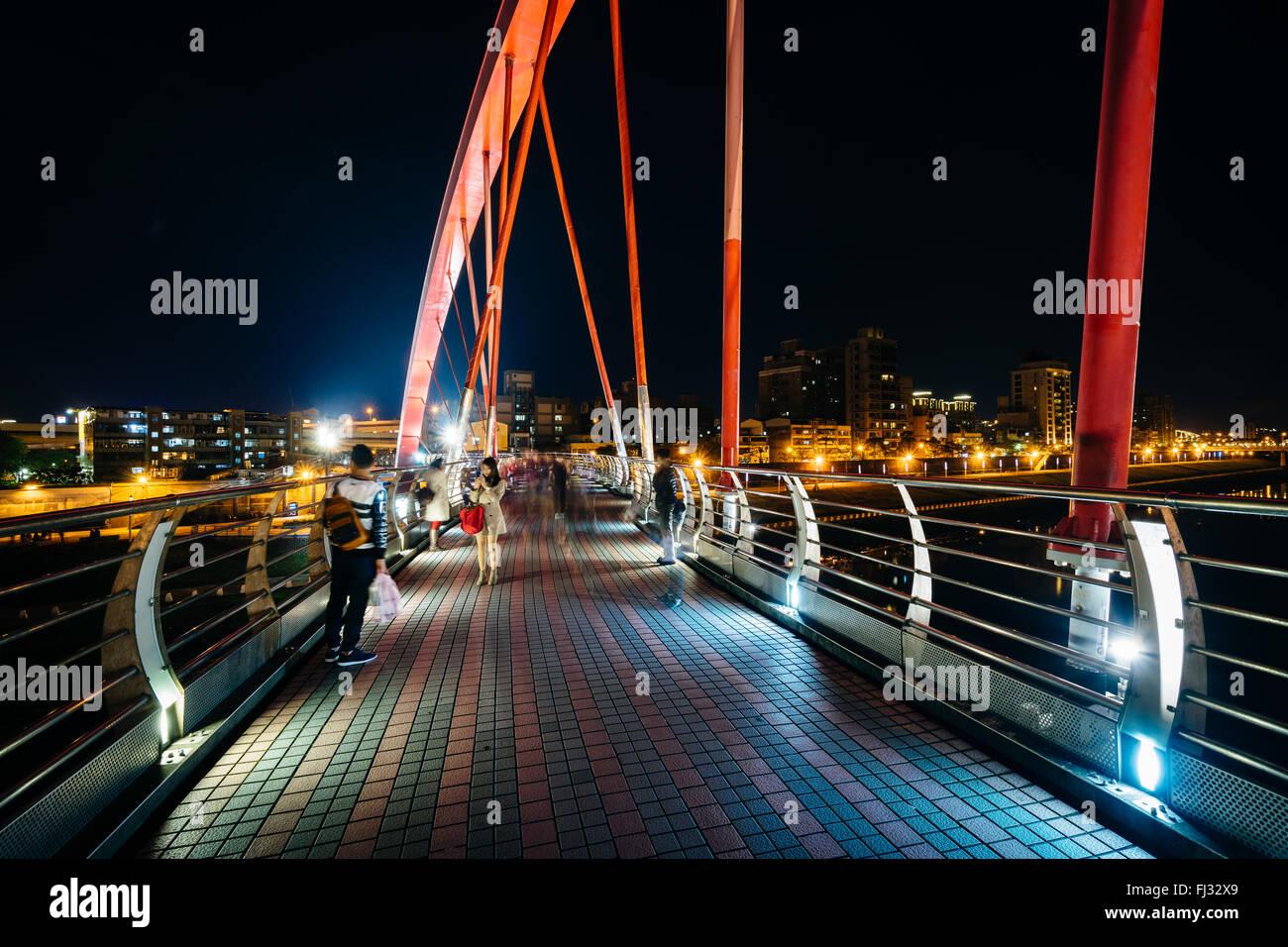Le pont en arc-en-ciel de nuit, à Taipei, Taiwan. Photo Stock