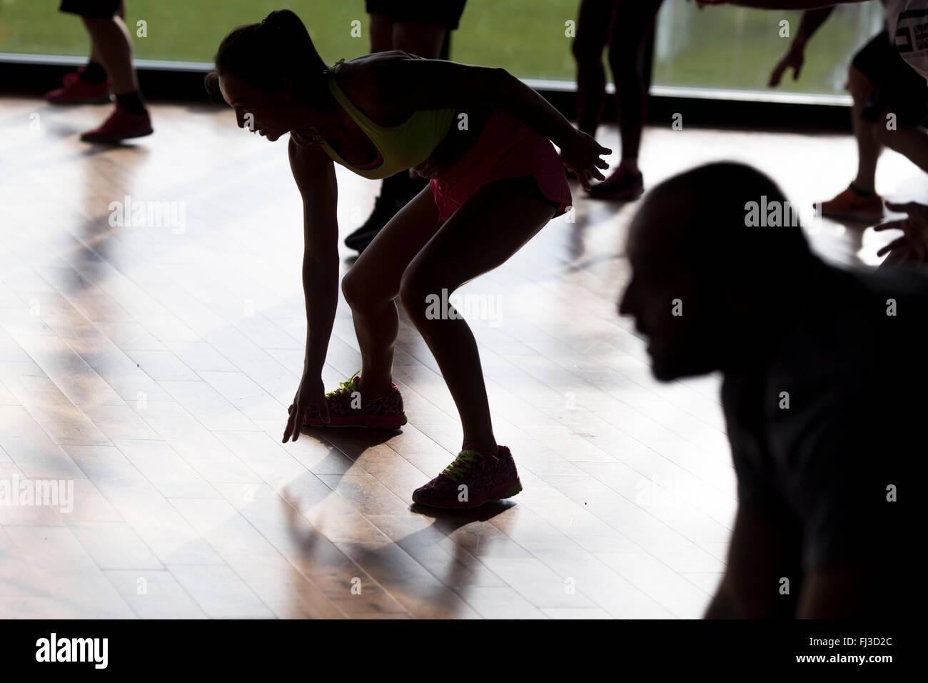 Session d'exercice de groupe dans une salle de sport Photo Stock