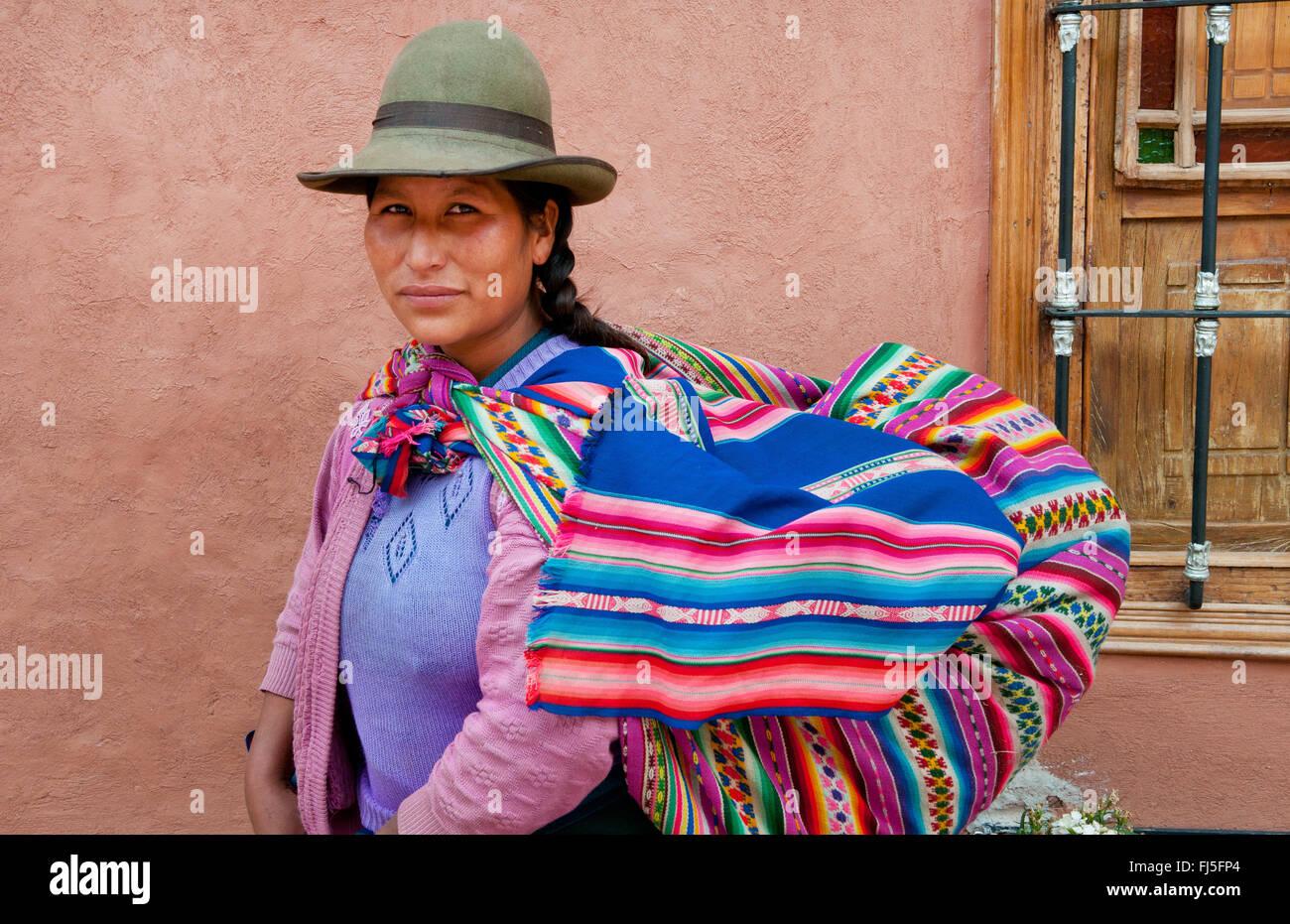 Femme en costume traditionnel de ferroutage portant son bébé dans une écharpe, portrait, Pérou, Photo Stock