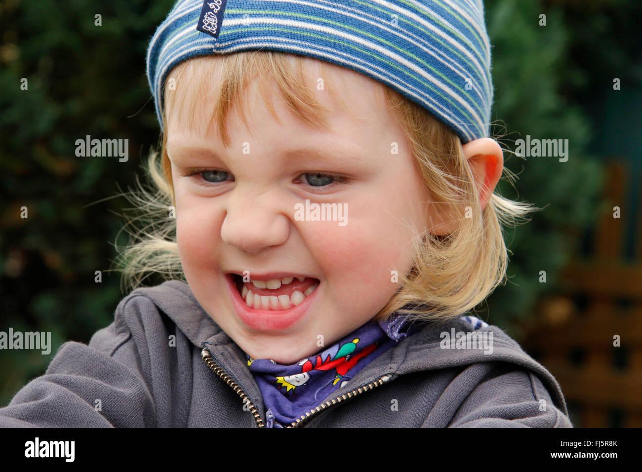Petit garçon est de mauvaise humeur, portrait d'un enfant, Allemagne Photo Stock