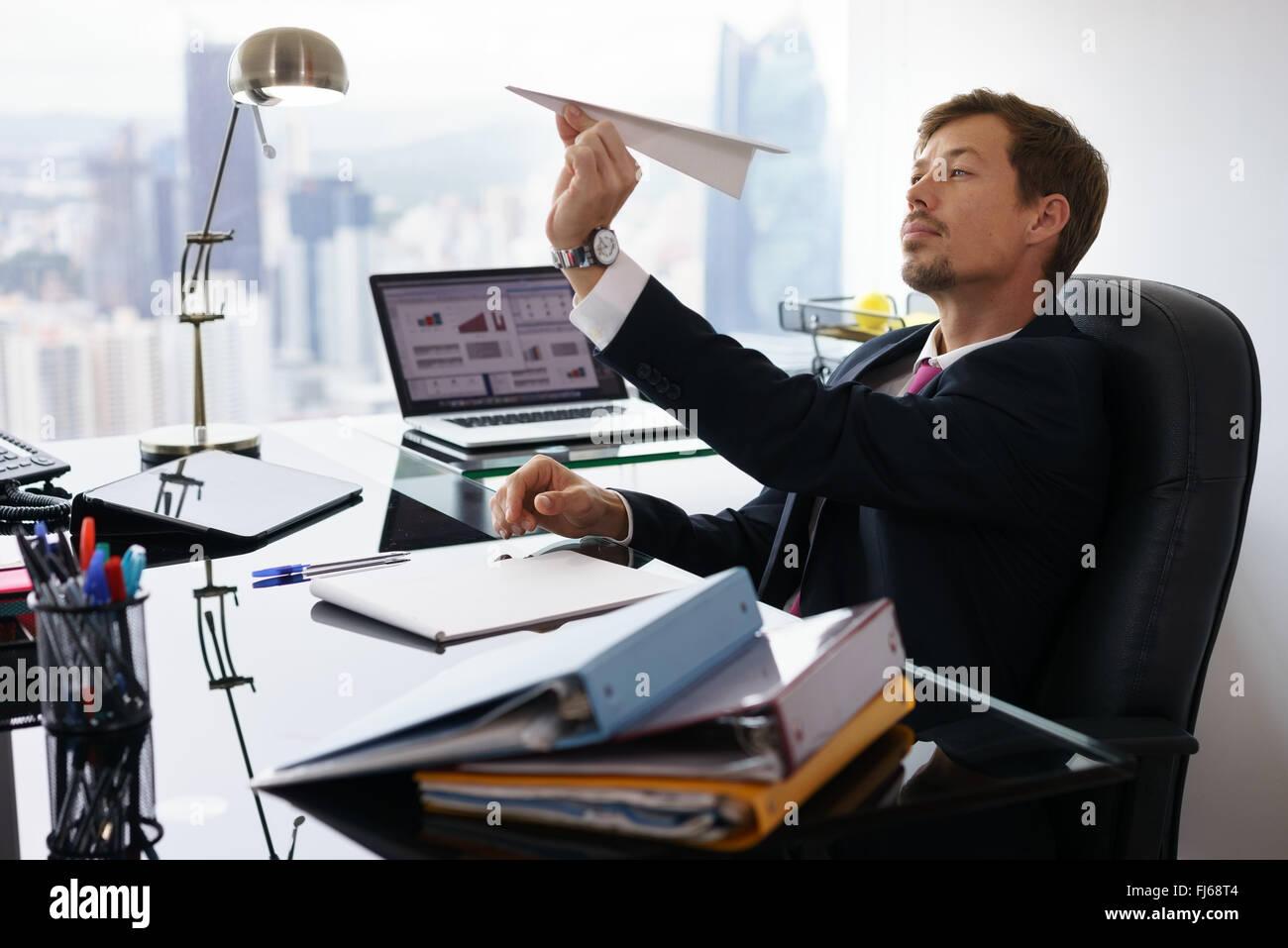 Gestionnaire d entreprise dans un bureau moderne prend une pause