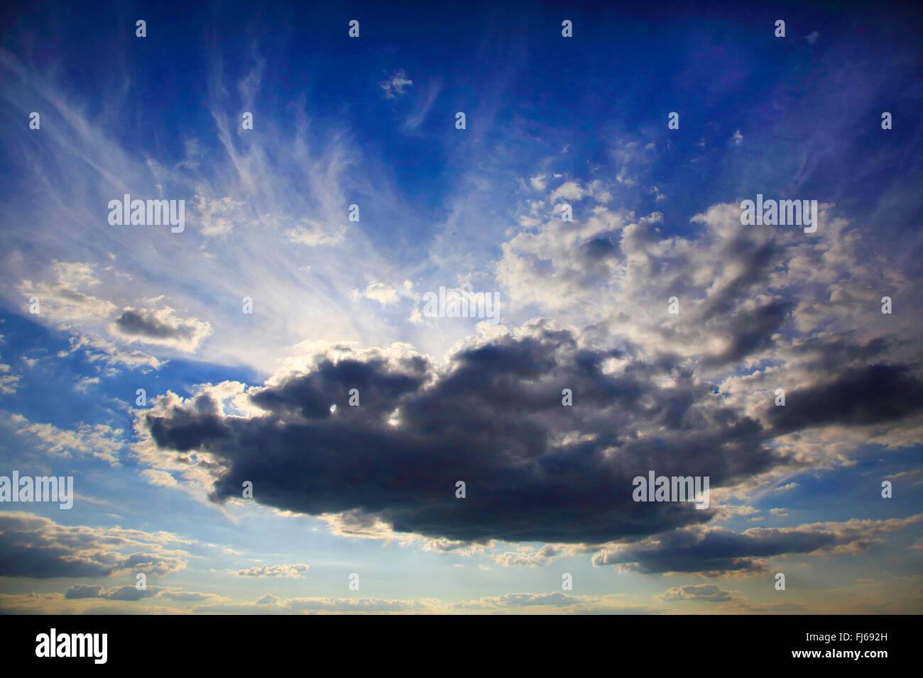 Soleil derrière nuage noir, Allemagne Photo Stock