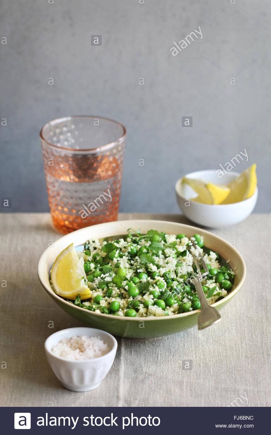 Salade de couscous aux pois et à la menthe fraîche Photo Stock