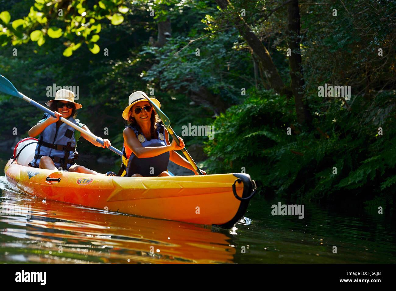Deux femmes du canoë-kayak sur la rivière Golo, France, Corse, Bastia Photo Stock