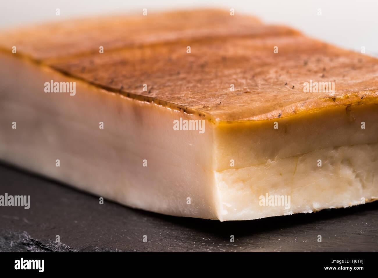 Bacon gras sur fond noir, le projet de loi, flan de porc, couenne, fumé, de la peau, les calories, le régime Photo Stock