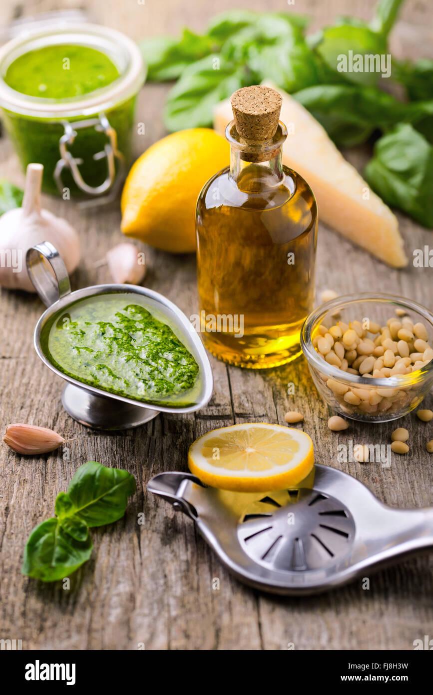 Composition avec des ingrédients pour la sauce pesto préparation sur Photo Stock