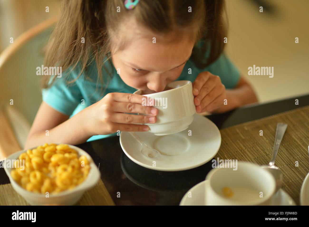 Petite fille au petit déjeuner Photo Stock